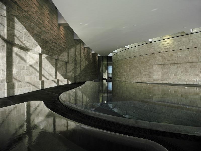 L'elegante piscina interna del Dolder Grand Hotel in Svizzera
