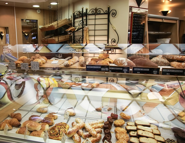Showcase at the French bakery in Paris. © olezzo - Fotolia