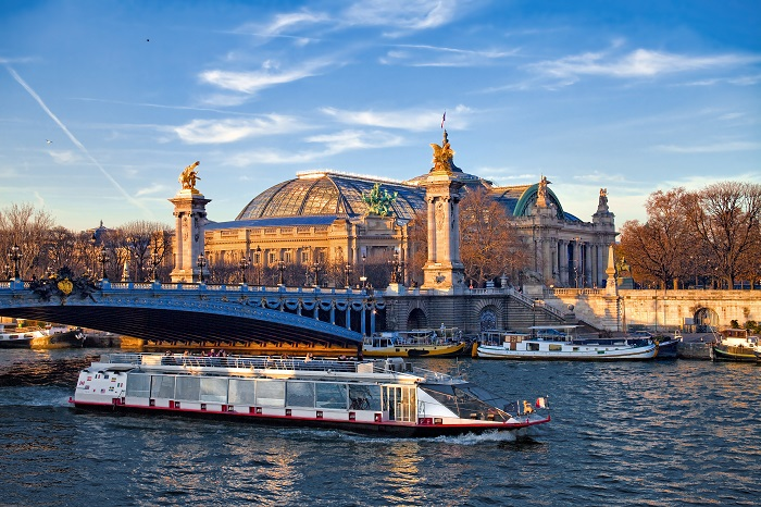Senna, bateau e il Grand Palais, Paris. © aterrom - Fotolia