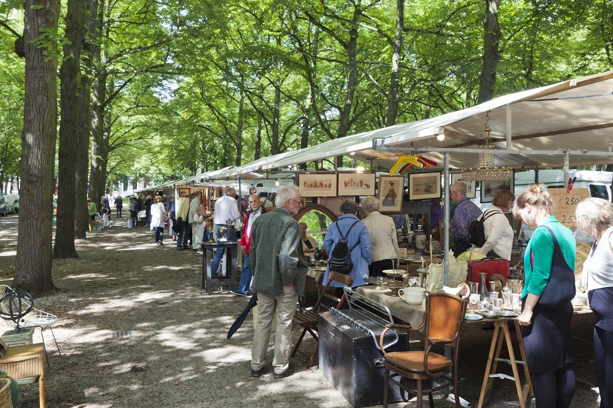 Il mercatino dell'antiquariato nel viale alberato Lange Voorhout