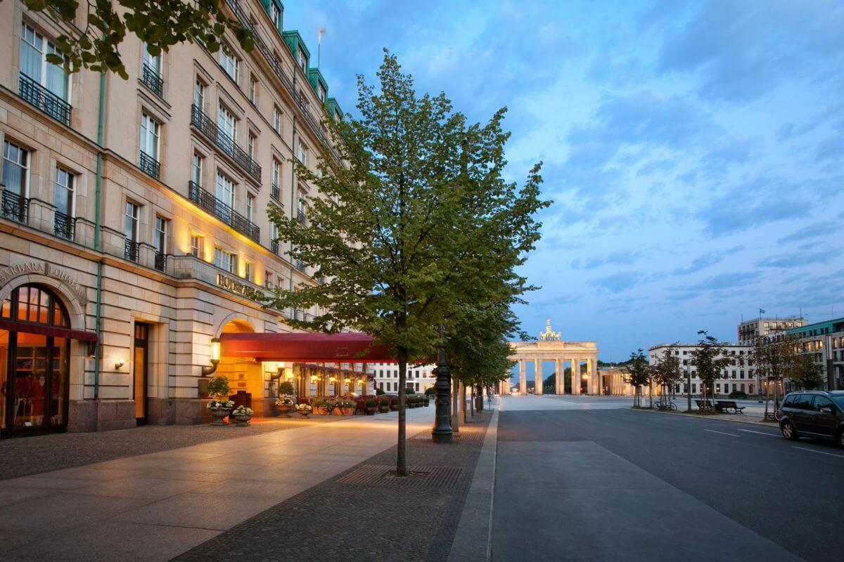 Vista a partir da entrada do Hotel Adlon Kempinski Berlin