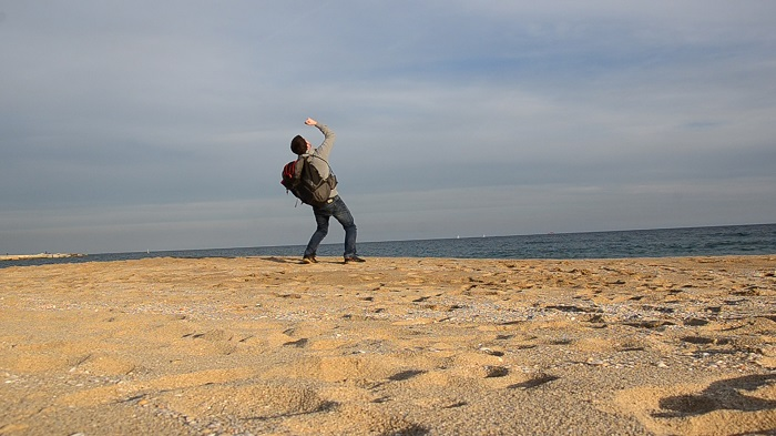 Gabriele Saluci sulla spiaggia a Barcellona