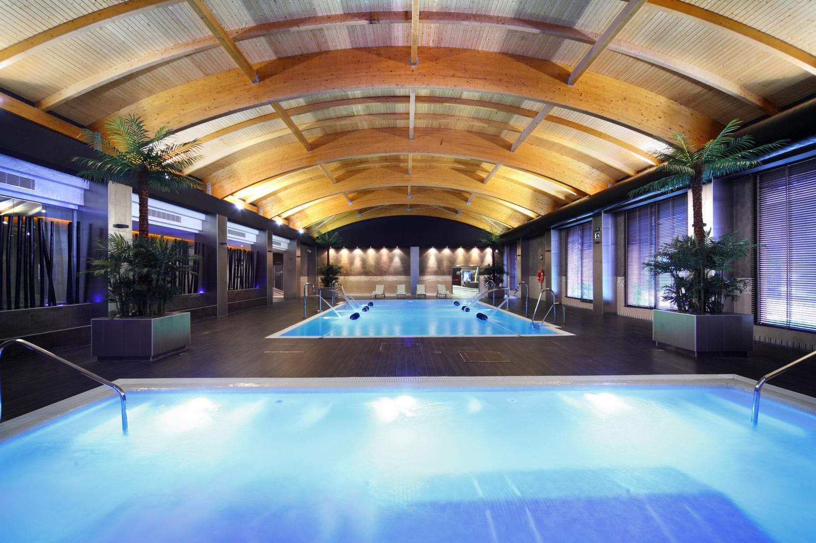 4 hoteles barcel con piscina indoor ideales para recibir for Hoteles con piscina climatizada en andalucia
