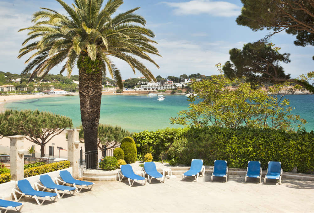 Piscina con vistas al mar en Confortel Caleta Park en S´Agaró, Costa Brava