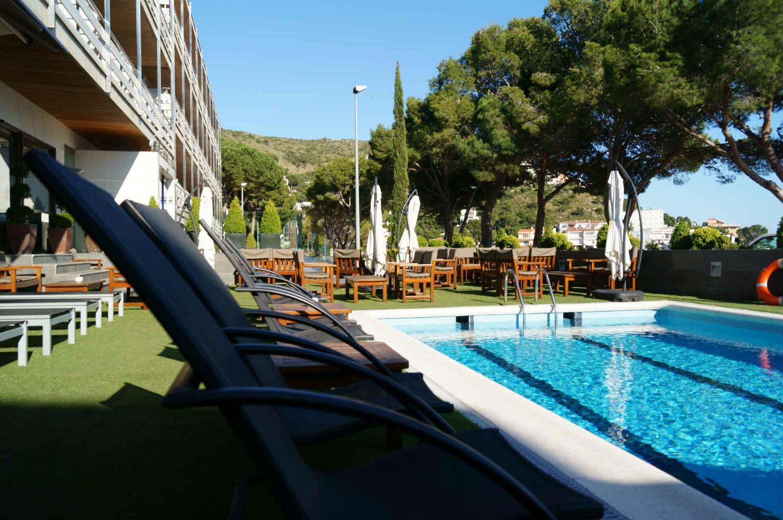 Piscina en hotel Canyelles Platja en Roses, Costa Brava