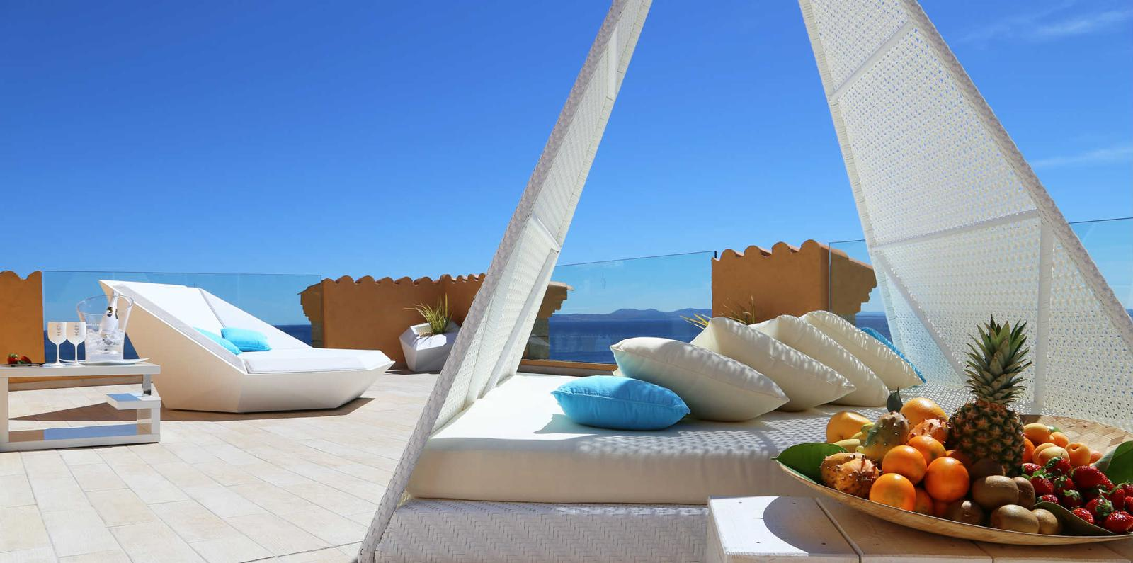 Terraza con vistas al mar en hotel Vistabella en Costa Brava