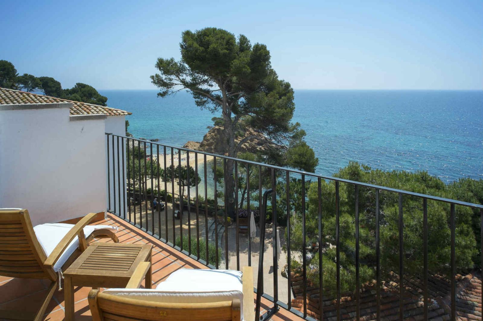 Terraza con vistas al mar en el hotel Silken San Jorge en Costa Brava