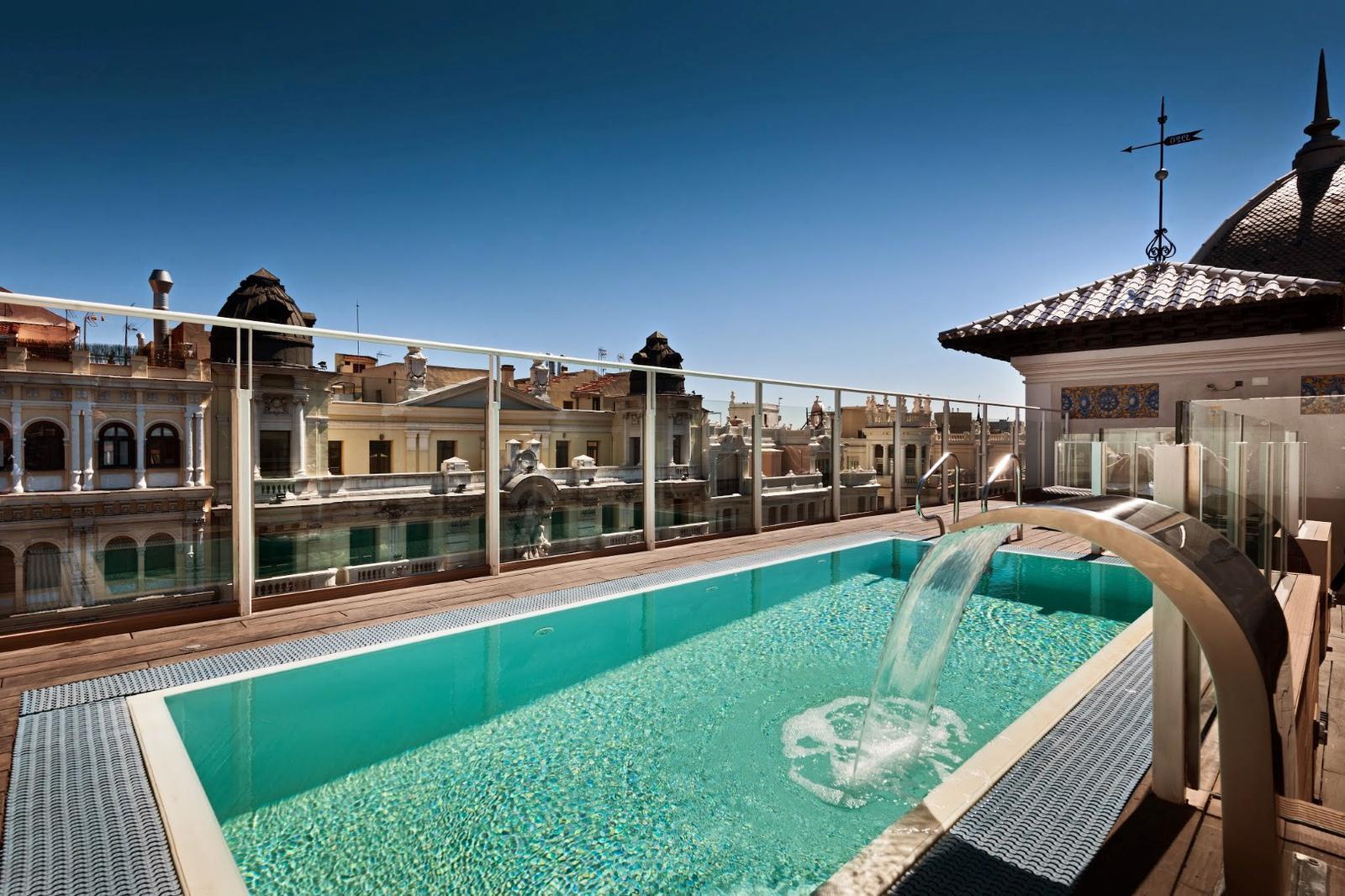 Pisicina en la terraza del hotel Catalonia Gran Vía en Madrid