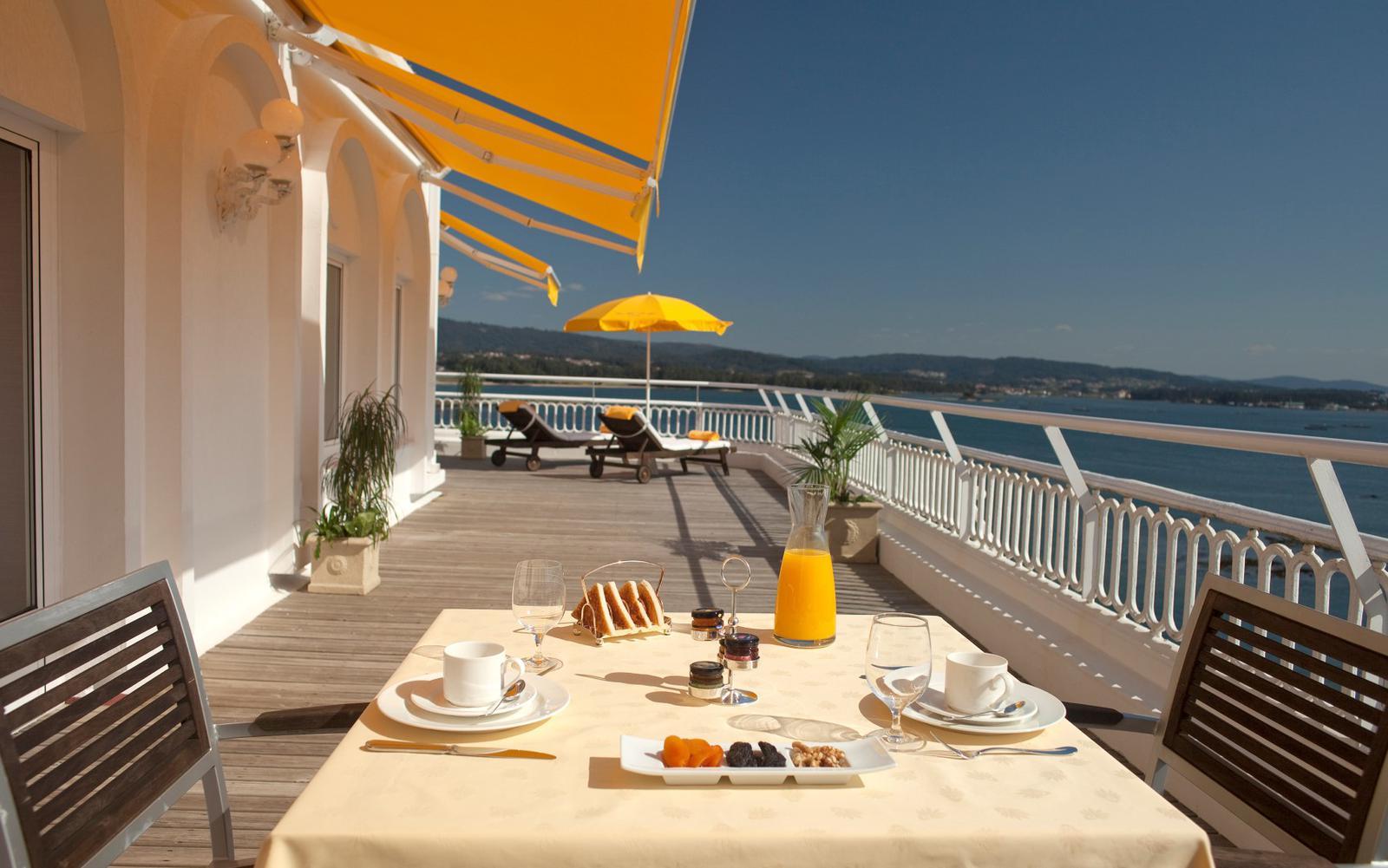 hoteles de playa Habitación con terraza y vistas al mar en jhotel balneario La Toja