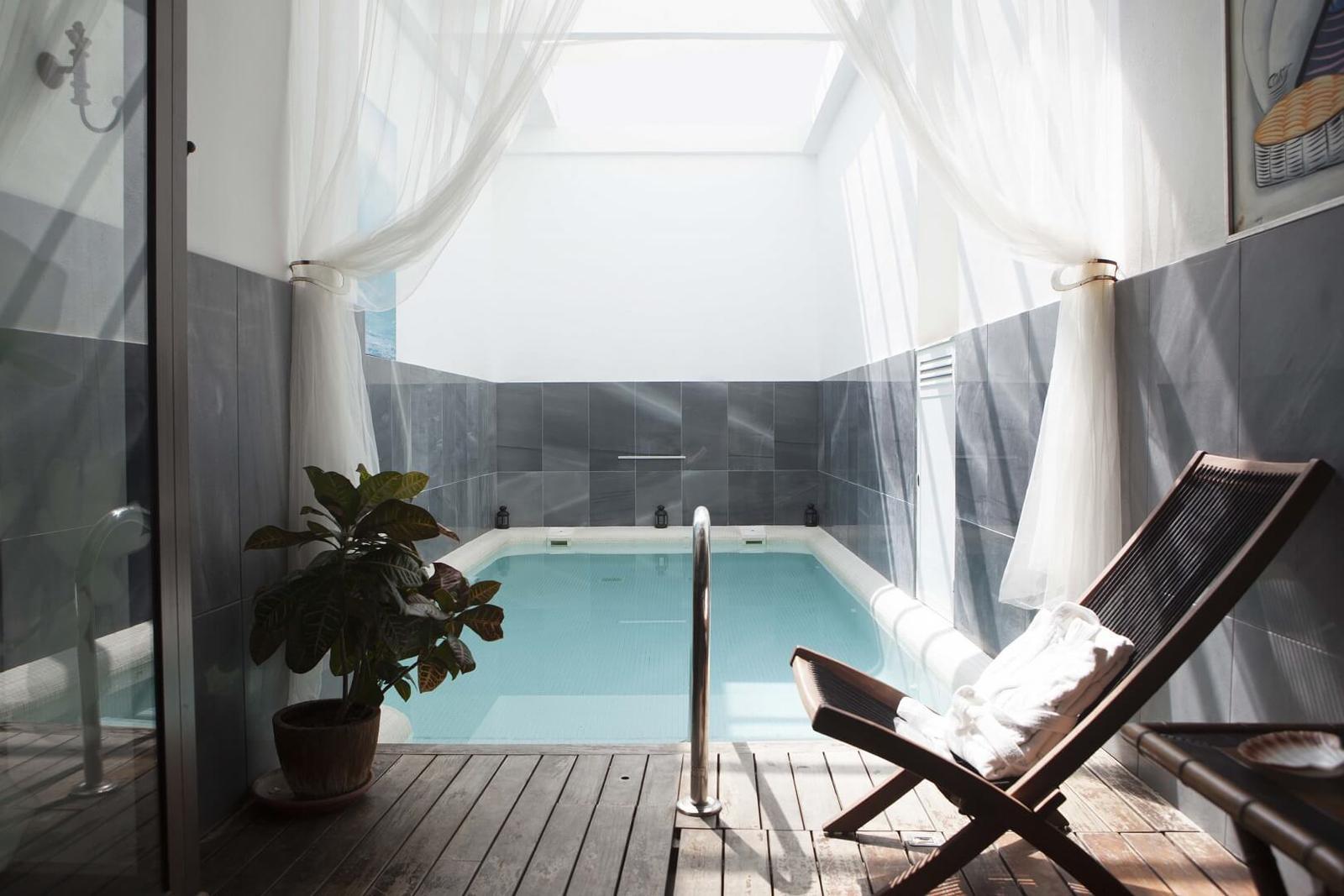 7 habitaciones de hotel con piscina privada for Hoteles en lloret de mar con piscina climatizada