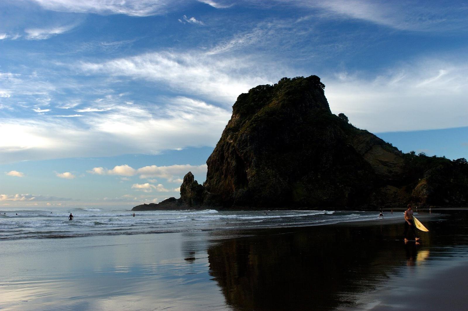 Piha Beach en Isla Norte (Nueva Zelanda) es una buena playa para practicar Surf en Nueva Zelanda
