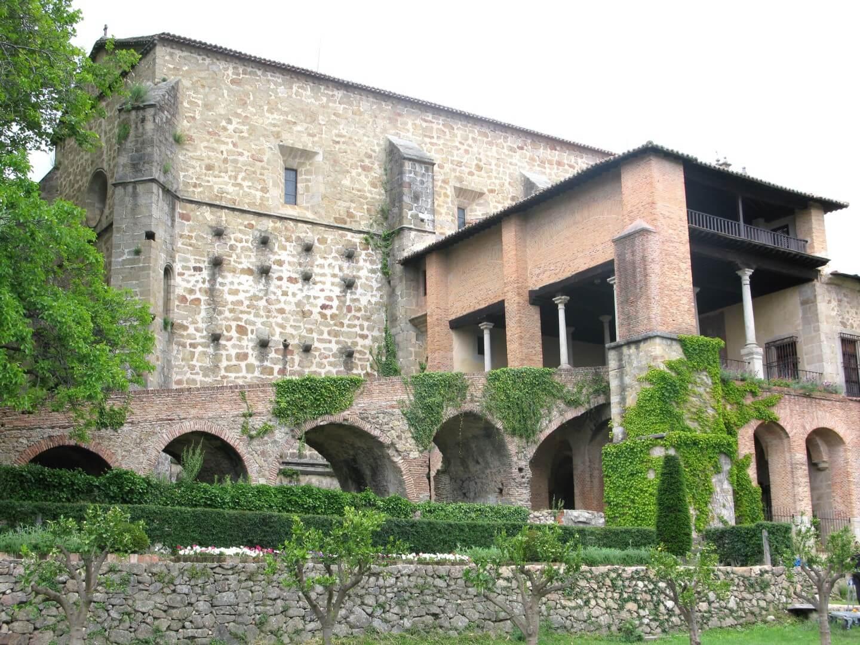 Monasterio de Yuste. Rodaje Carlos Rey Emperador. Plano General. (C) Patrimonio Nacional