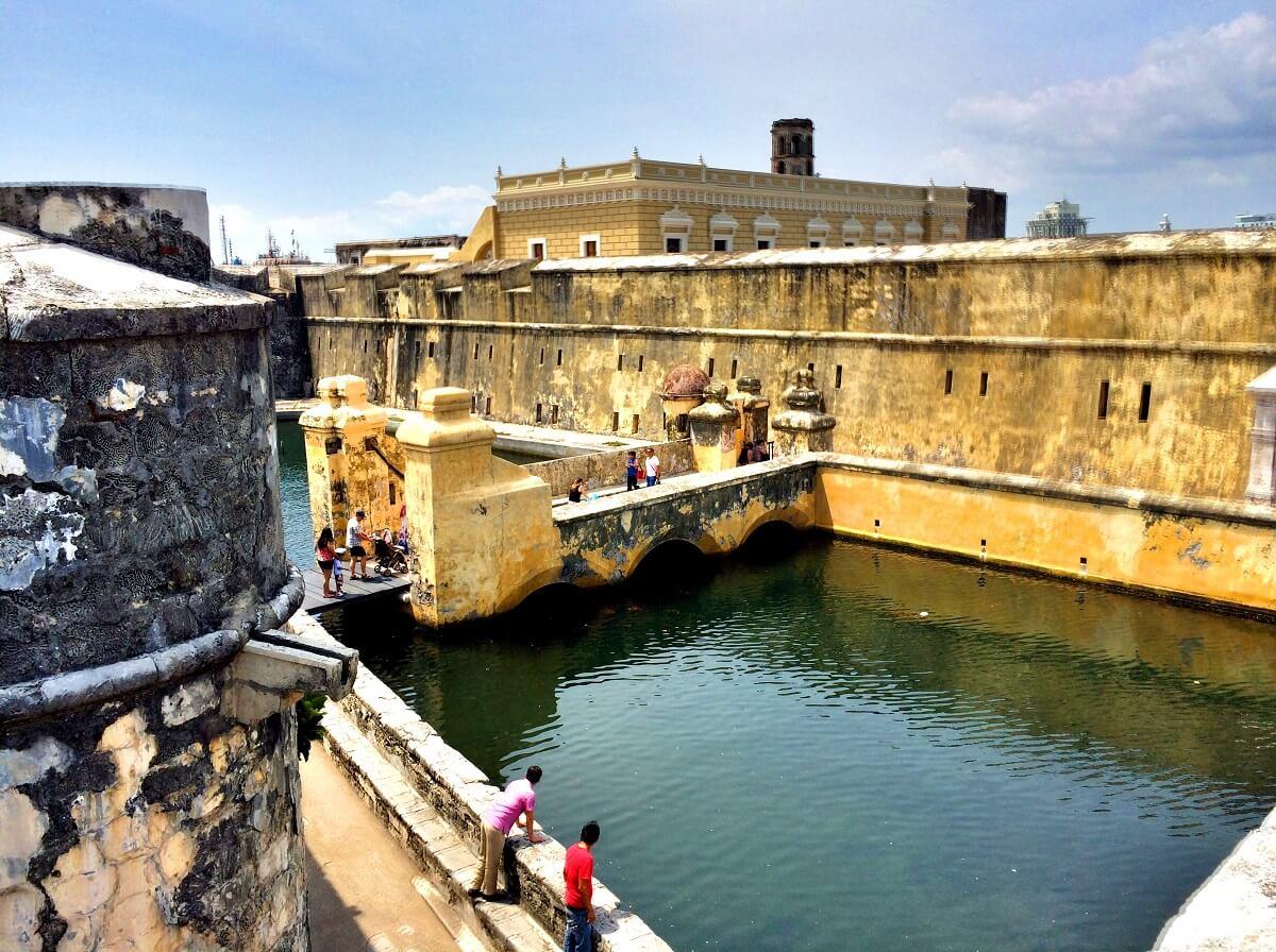 Personas caminando dentro del Fuerte de San Juan de Ulúa