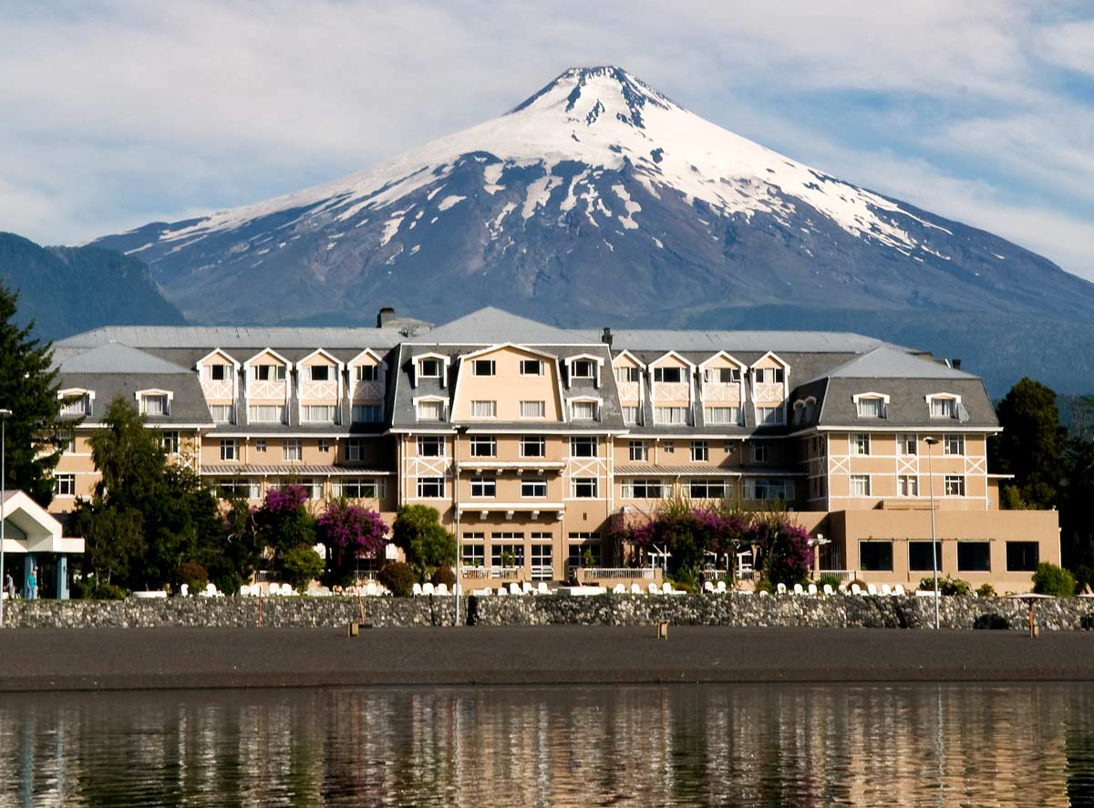 Vista da fachada do Enjoy Pucón, no Chile.