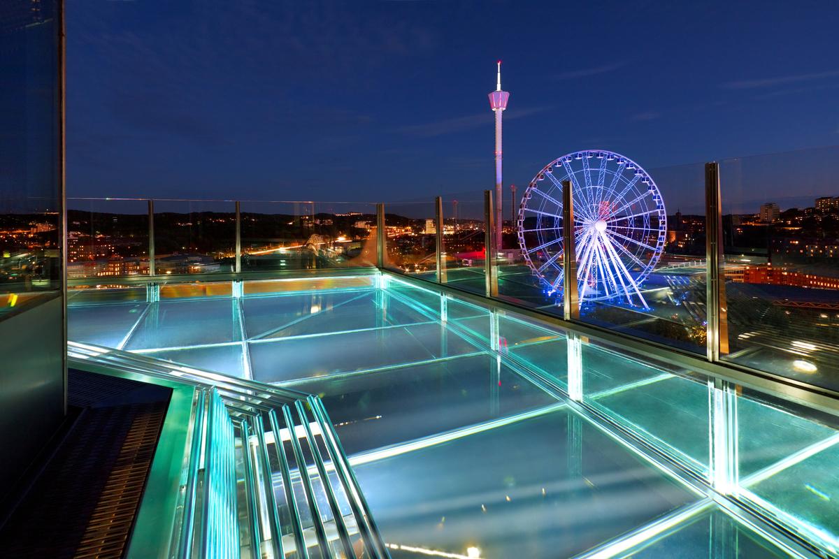 Hotellista löytyy myös lasipohjainen uima-allas.