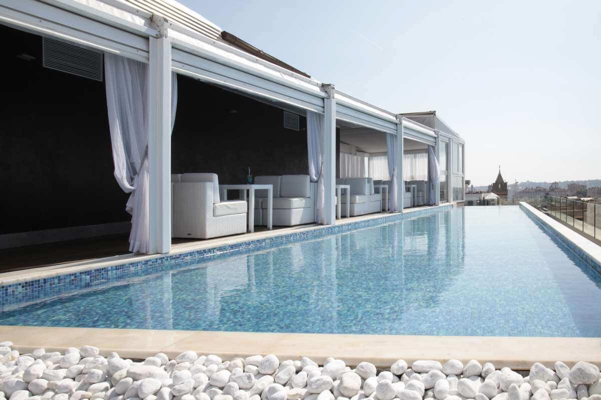 Hotellin näyttävä uima-allas