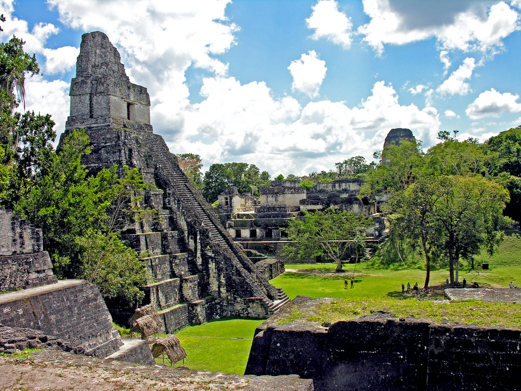 Le temple I de l'acropole du site Maya de Tikal au Guatemala