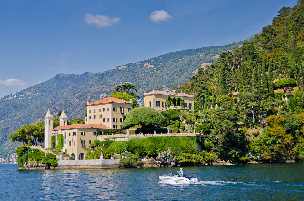 La Villa Balbianello vue depuis le lac lors d'une journée ensoleillée - Lenno - Italie