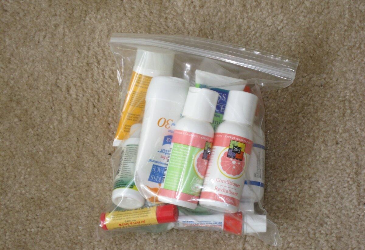 Flacons de moins de 100ml dans un sachet en plastique transparent