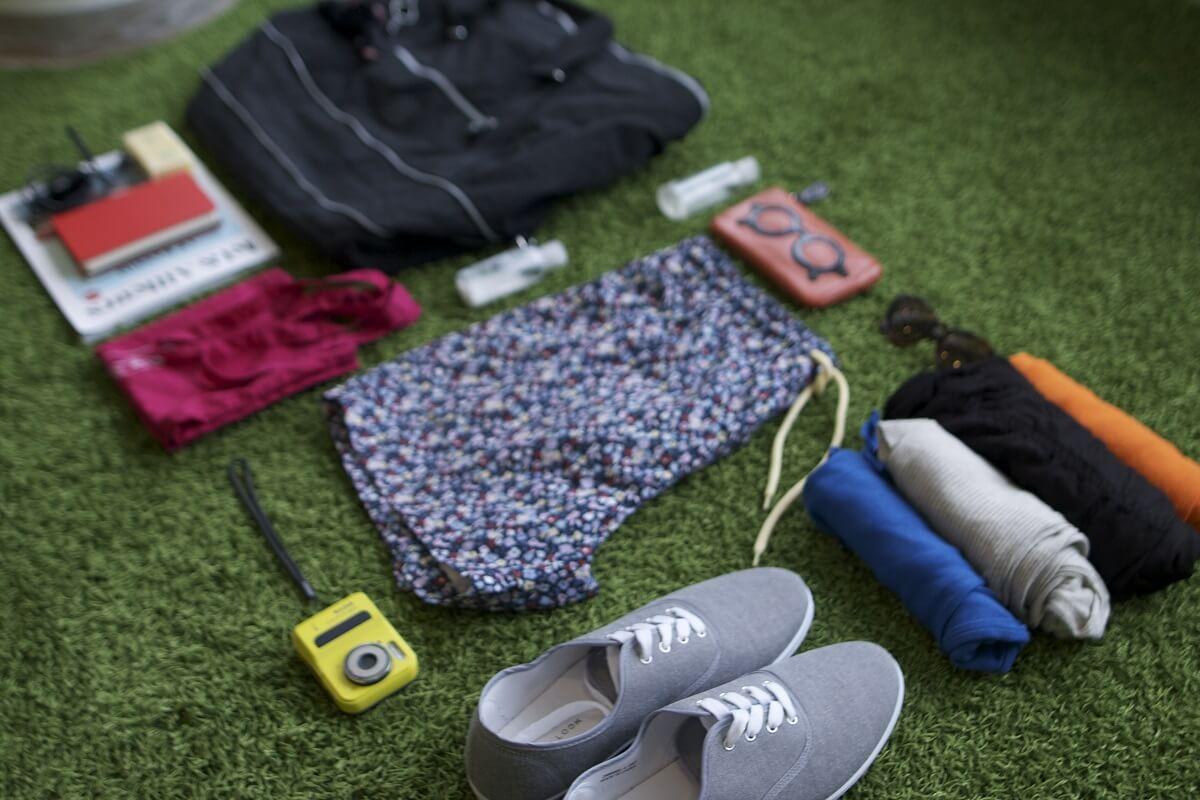 Vêtements et accessoires prêts à être mis dans une valise