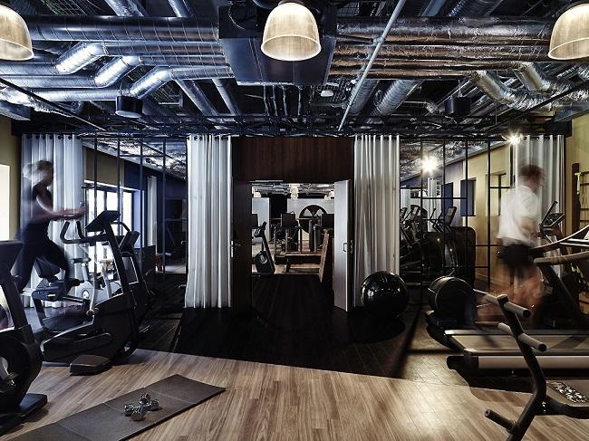 sportifs sur les machines de la salle de fitness du MOLITOR PARIS BY MGALLERY