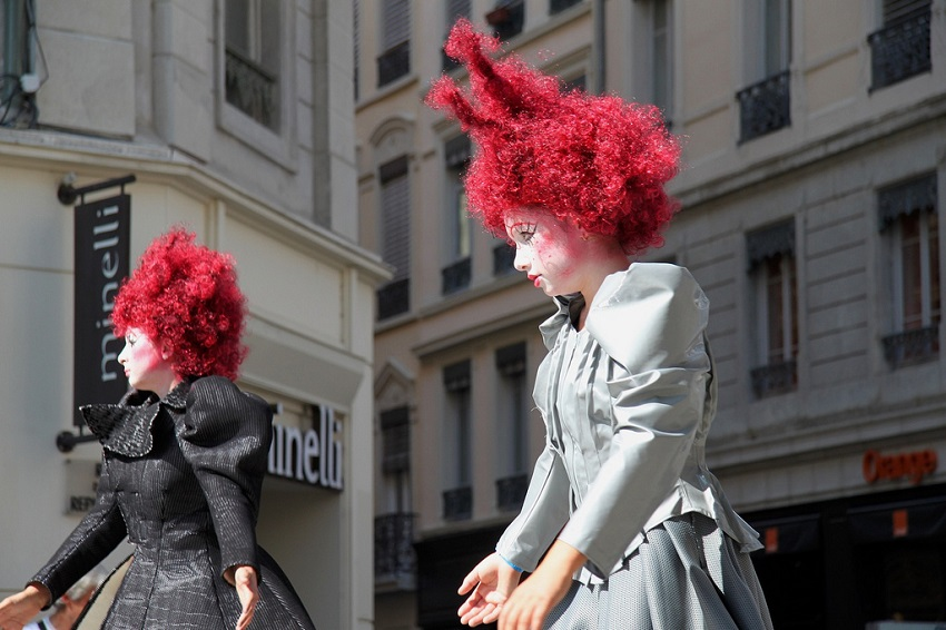 Femmes déguisées dans les rues de Lyon - Défilé de la biennale de la danse 2012