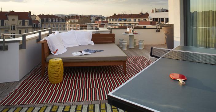 Sofa et table de ping-pong sur la terrasse de l'hôtel Mama Shelter -  Lyon