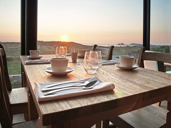 Salon de thé avec vue sur la mer au coucher de soleil - Eco Hôtel Le Château de Sable - Porspoder