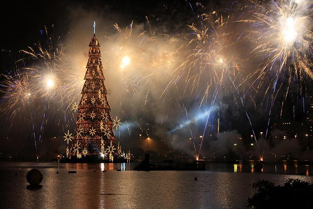 Arbre de Noel au milieu du lagon Rodrigo de Freitas et feux d'artifices à Rio de Janeiro
