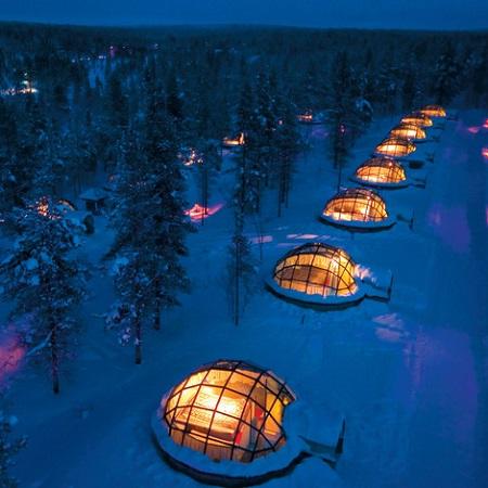 Vue aérienne de l'Igloo Village Kakslauttanen la nuit en Finlande