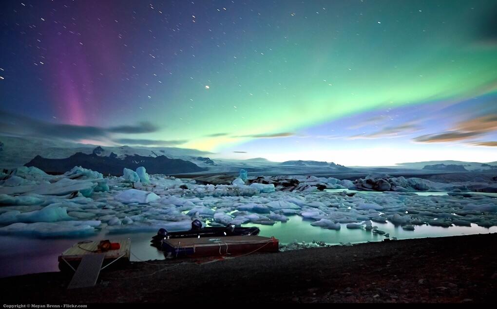 Aurore Boréale au-dessus du lagon du glacier Jokulsarlon en Islande