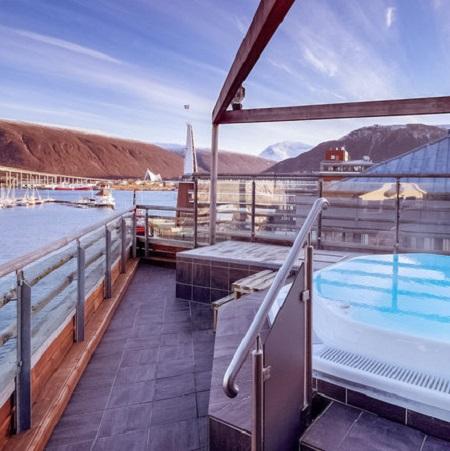 Vue sur la baie depuis la terrasse avec jacuzzi au Clarion Collection Hotel Aurora à Trømso en Norvège