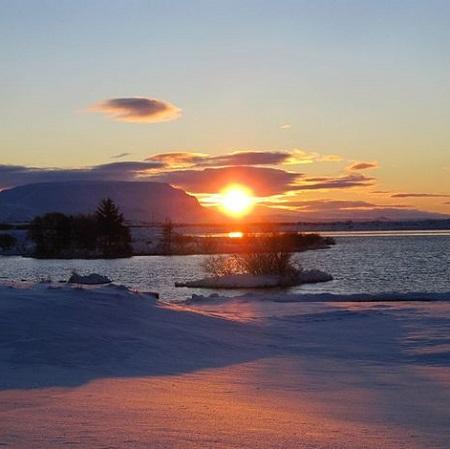 Vue depuis le Vogafjos Guesthouse à Myvatn en Islande au coucher du soleil