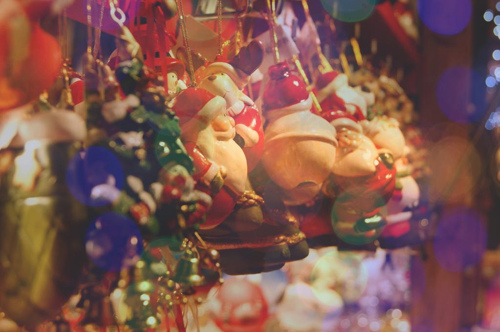 Décoration du sapin au Marché de Noel de Strasbourg © Debby via Flickr