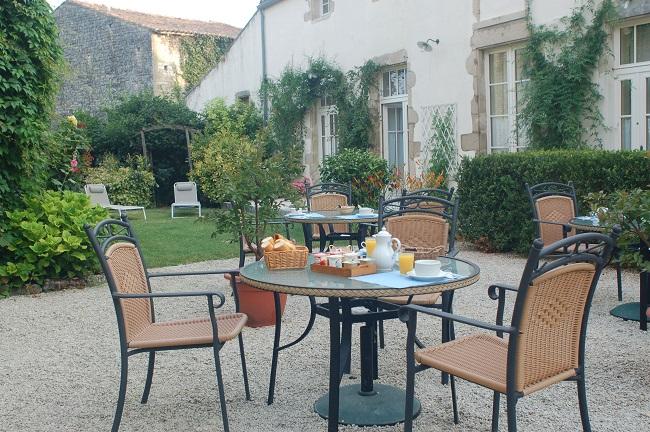Petit-déjeuner en terrasse - Hôtel du Donjon - Aulnay