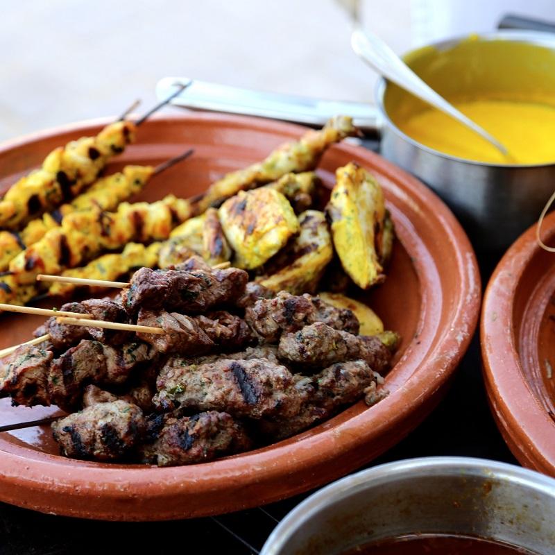 Plat de brochettes de viande et sauce au restaurant La Mamounia à Marrakech