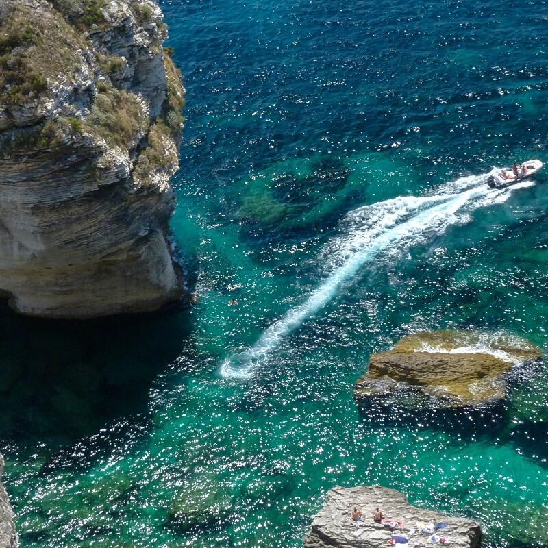 Bateau dans la baie de Bonifacio - Corse