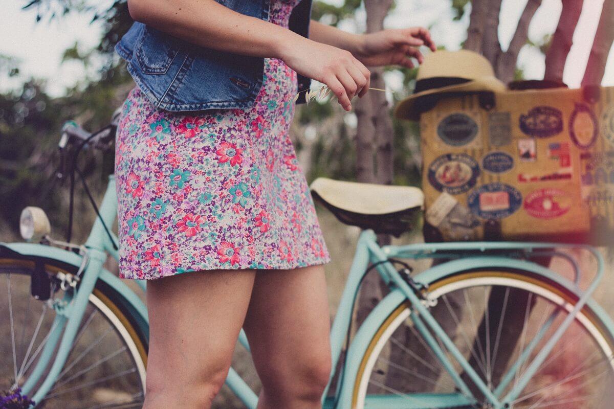 Une fille et un vélo