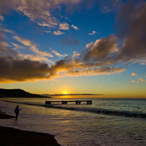 Un pêcheur au coucher du soleil à Nice