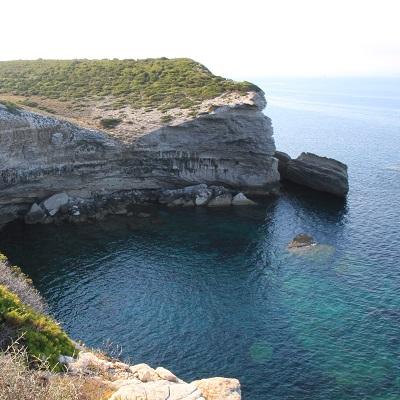 Sentier de  strada vecia à Bonifacio avec vue sur la mer et les falaises
