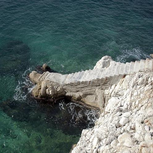 Escalier menant à la mer à la plage de Coco Beach à Nice
