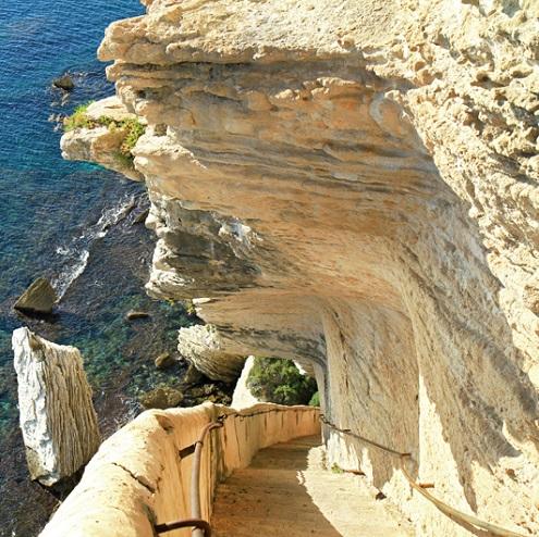Escalier Aragon en bord de falaise à Bonifacio