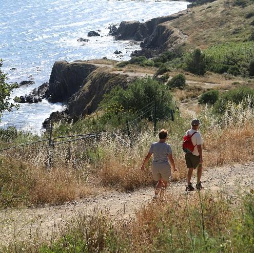 Marcheurs sur le sentier de la Plage du Racou à Argelès-sur-Mer