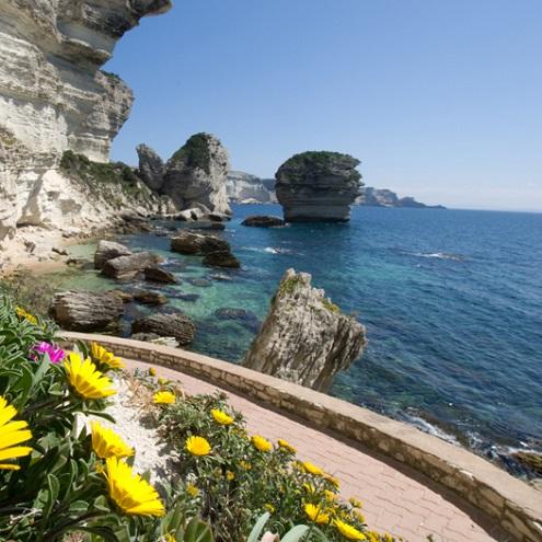 Chemin à flanc de falaise à Bonifacio avec vue sur la mer