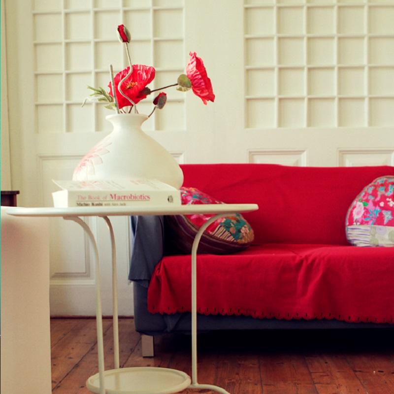 Vase avec fleurs dans le salon du Jardim de Santos Hostel à Lisbonne