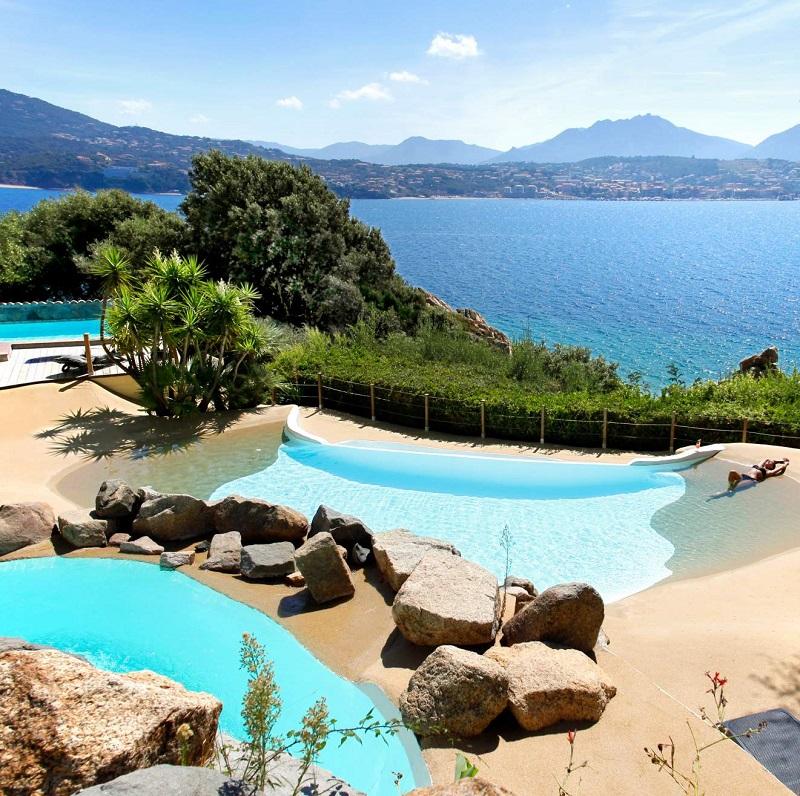 Vue sur la piscine et la mer à l'hôtel Marinca ***** à Olmeto