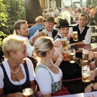 Clients dans le jardin du Brauereigasthof Hotel Aying à Aying