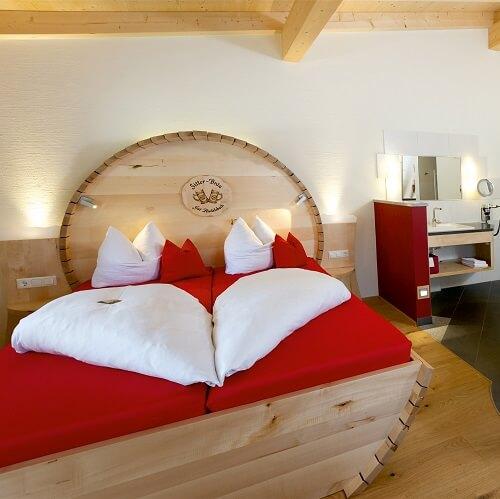 Chambre avec tête de lit en tonneau au Gut Riedelsbach à Bayern