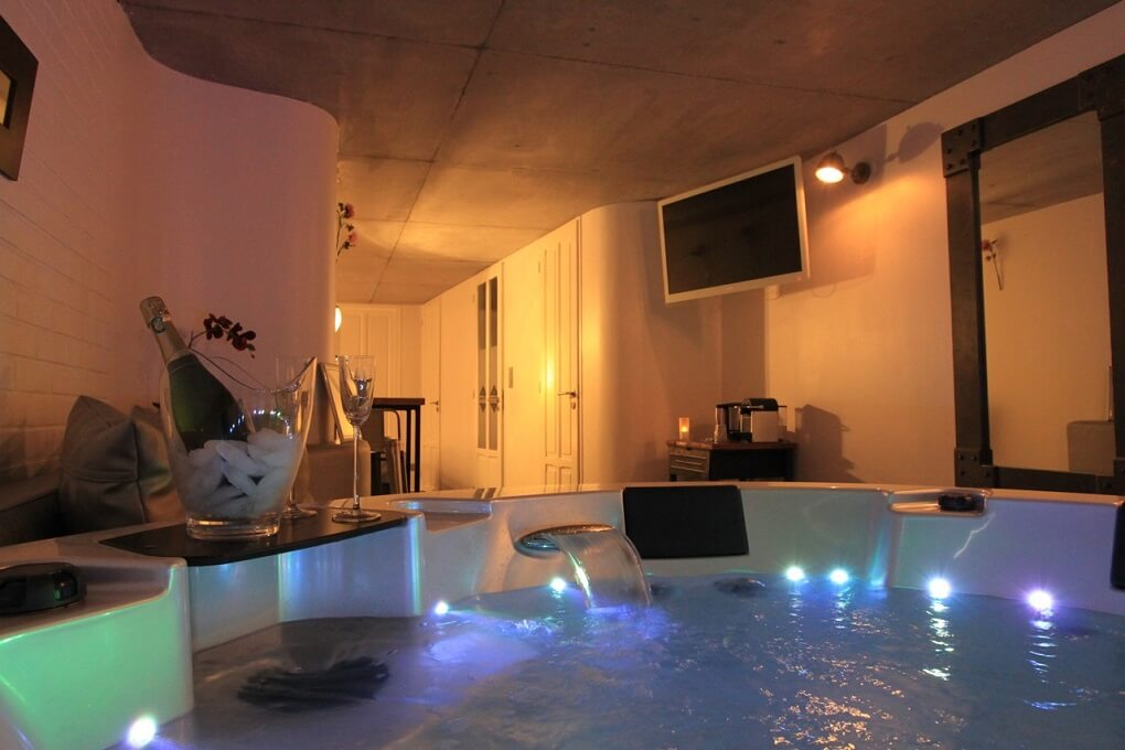 Week end romantique 12 chambres avec jacuzzi priv for Hotel design jacuzzi paris
