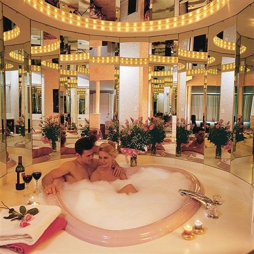 Couple dans un jacuzzi en forme de coeur au Pocono Palace Resort aux Etats-Unis